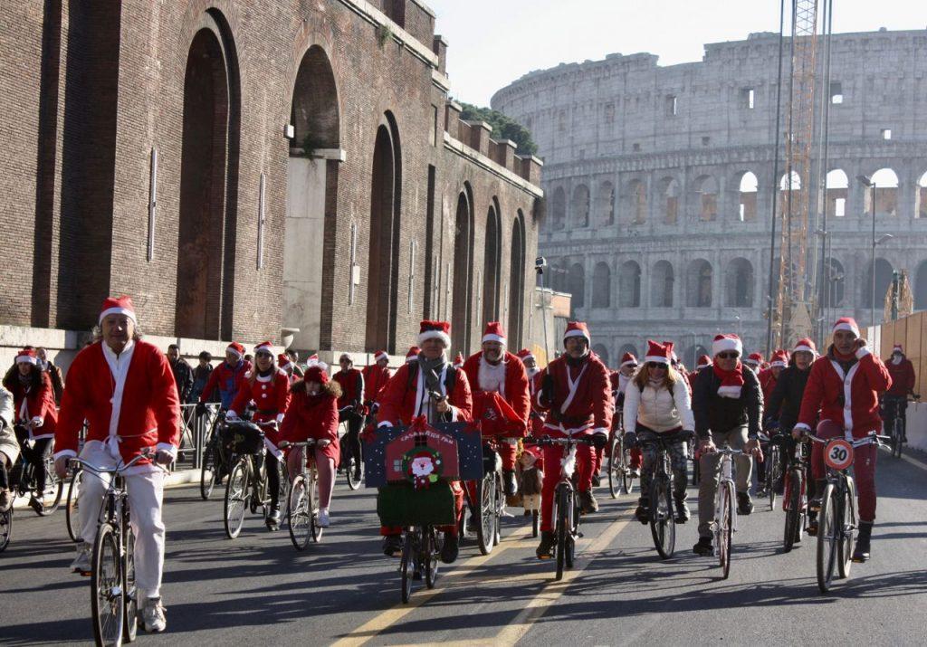 Babbo Natale In Bicicletta.Eventi Natale Roma Centinaia Di Babbo Natale In Bici Al Colosseo